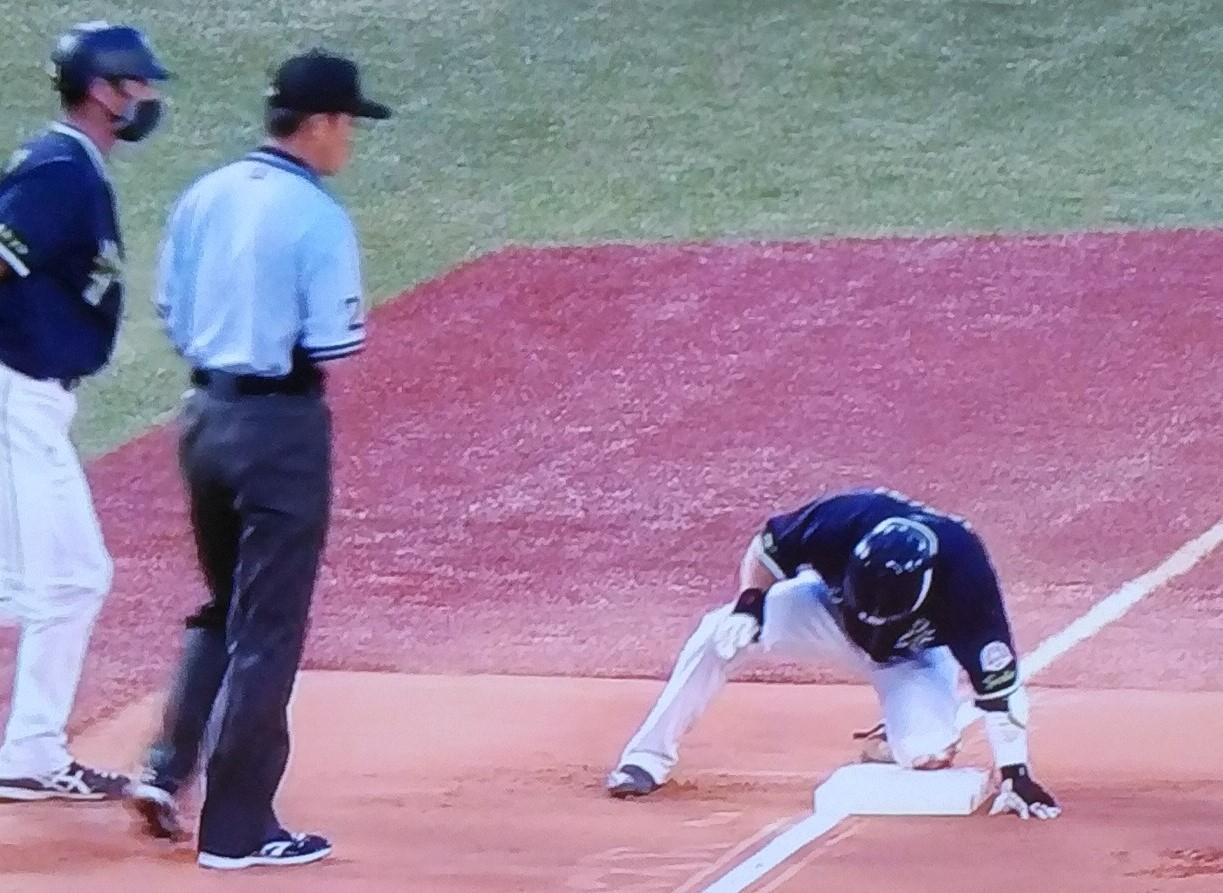 投手内野安打とエラーで3塁を落とす山田
