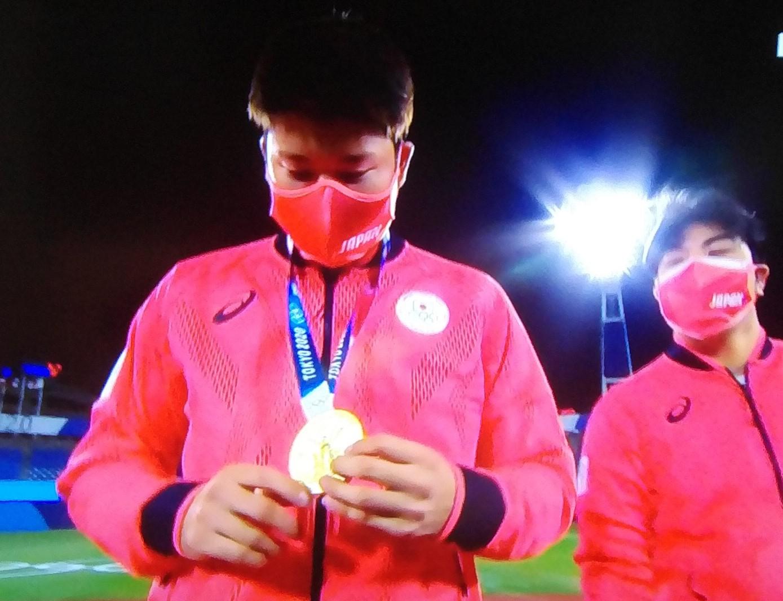 金メダルを手にした村上